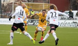Trond Olsen var Glimts beste mot Odd. Kollega Kristian Brix på venstrebacken er i tvil om hvordan Glimt skal spille. Foto: Per Inge Johnsen.