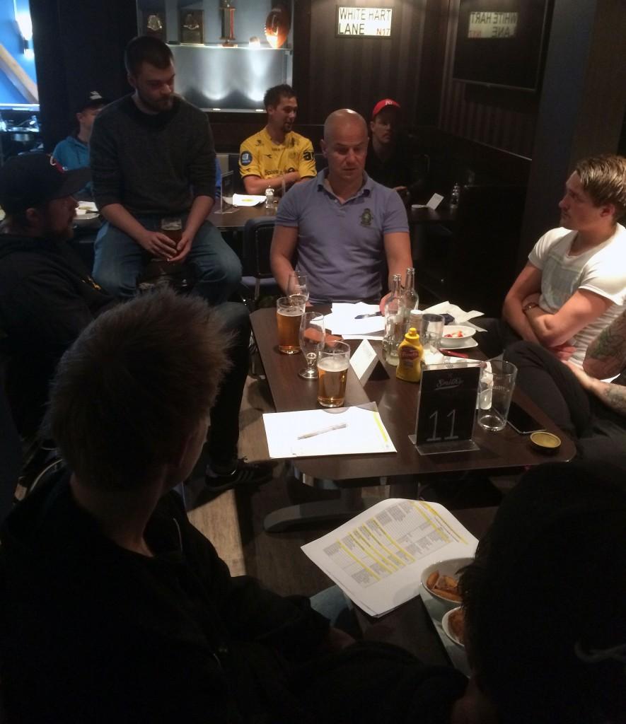 Fra møtet på Smiths søndag 7. juni. Glimt-leder Mads Torrissen møtte supportere og andre interesserte.