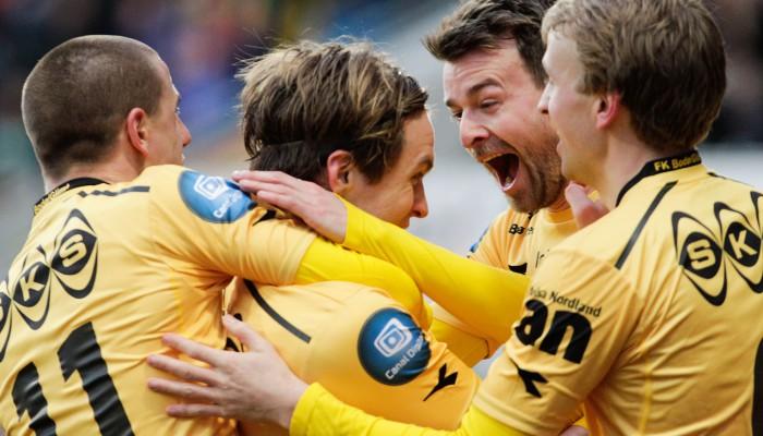 Bodø/Glimts Martin Bjørnbak får velfortjente gratulasjoner etter å ha hamret inn 3-0 på vakkert vis under eliteseriekampen mellom Bodø/Glimt og Stabæk på Aspmyra Stadion. Kampen endte 3-1. Foto: Mats Torbergsen / NTB scanpix