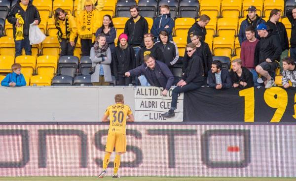 Trond Olsen viste kapteinstakter i møtet med engasjerte supportere etter tapet for Sarpsborg mandag kveld. Foto: Per-Inge Johnsen.
