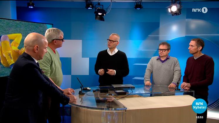 Gutta diskuterer gutteklubben. Fra venstre: Mads Torrissen, Benn Eidissen, Bjarne Brandahl (NRK Nordland), Stein Sneve (AN) og Freddy Toresen (AN). Foto: Skjermdump NRK.