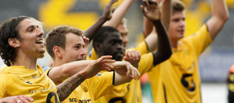 Glimtspillerne feirer mot supporterne etter kampen mellom Bodø/Glimt og Aalesund på Aspmyra Stadion. Kampen endte 1-0. Foto: Mats Torbergsen / NTB scanpix