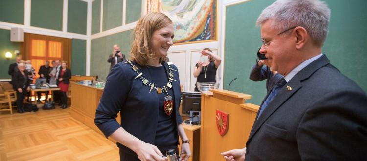 Her overtar Ida Pinnerød som ordfører etter Ole Henrik Hjartøy. Et historisk øyeblikk i bystyresalen. Foto: Bodø kommune/Per Ingen Johnsen.