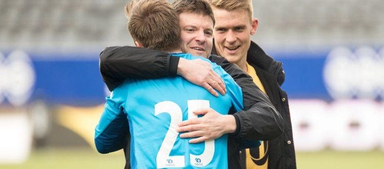 Aasmund Bjørkan sammen med to spillere han har fått til Glimt. Målvakten Ricardo og fjorårets Obos-suksess Kristian Fardal Opseth. Foto: Per-Inge Johnsen.